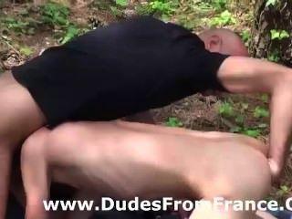 समलैंगिक मास्टर हावी है और मुट्ठी जंगल में युवा पुरुष