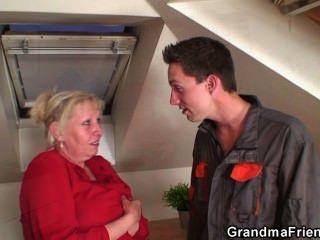 गंदा दादी दो लंड के लिए उसके पैरों फैलता है