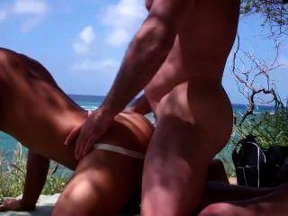 muscled के दोस्त के समुद्र तट पर एक एशियाई बेकार