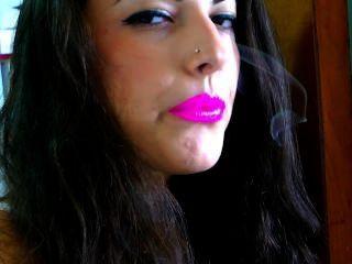 गुलाबी लिपस्टिक के साथ धूम्रपान