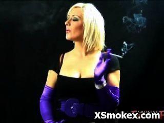 बुत धूम्रपान शरारती किंकी वेश्या