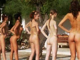 पोलैंड से पूल द्वारा छह नग्न लड़कियों