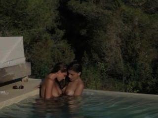 श्यामला lezzs पूल में प्यार करना