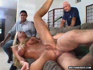 सेक्सी गोरा गर्म औरत एक भीड़ के सामने गड़बड़ हो जाता है