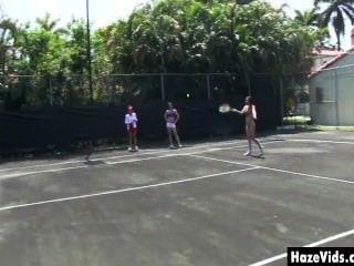 कॉलेज की लड़कियों के टेनिस कोर्ट पर नग्न छीन लिया