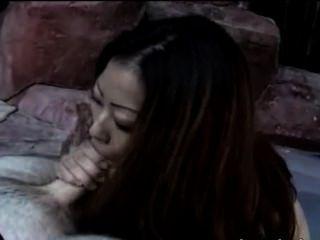 पूल में बिकनी धूम्रपान में चीनी महिला