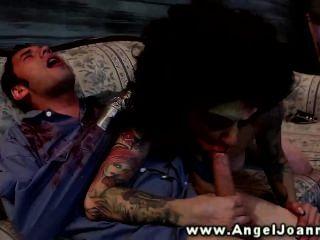 एंजेल जोआना सोफे पर दोस्त पर नीचे चला जाता है