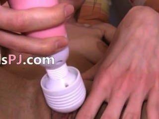 उसकी गहरी योनी योनी में gyno खिलौने