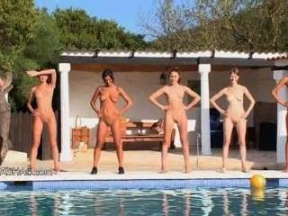 रूस से पूल द्वारा छह नग्न लड़कियों