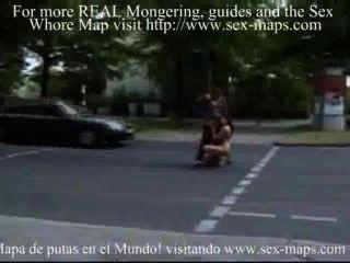 कमबख्त सड़क के बीच में वेश्या