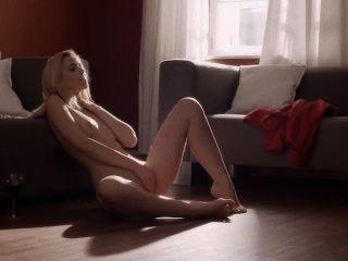 फर्श पर अविश्वसनीय Masturbating