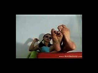 पूजा के लिए उसके बड़े पसीने से तर नॉर्डिक पैरों से पश्चिमी sunglass गोरा शो