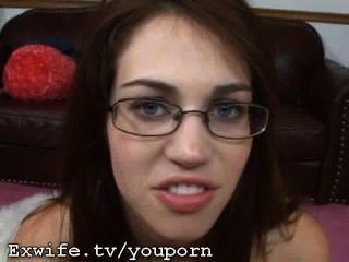 चश्मा में हॉट बेब handjob और चेहरे देता है