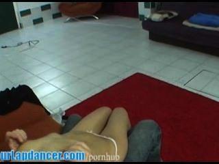 पुरुष के लिए सेक्सी टैटू लड़की lapdances
