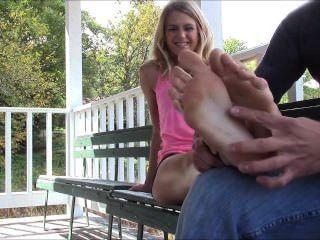 सुंदर स्नातक छात्र पैर