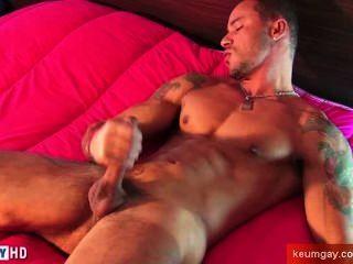 Vitor, एक बहुत ही सेक्सी खेल पुरुष हमारे द्वारा उसकी बहुत बड़ा मुर्गा wanked मिलता है।