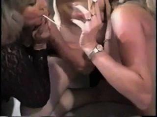 2 गोरा धूम्रपान Milfs bj