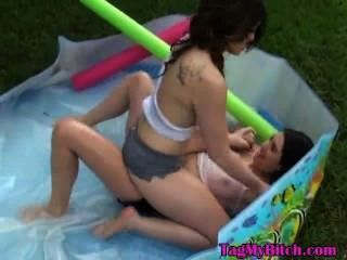 अपनी पूर्व प्रेमिका और आउटडोर पूल में खेल रहे उसके दोस्त