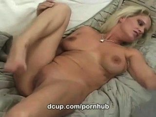 Busty milf bridtette ली केवल dcup पर युवा मुर्गा gobbles