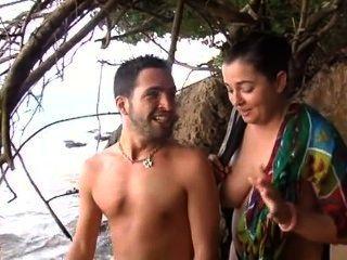 समुद्र तट पर युवा सनी लेन कमबख्त