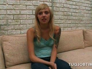 किशोर गोरा प्यारा एक अश्लील फिल्मों का ऑडिशन में उसके स्तन चमकती