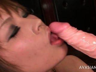 उसके बड़े dildo के साथ एकल एशियाई प्यारा खेल रहा है