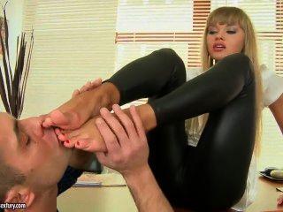 Willa बहुत यकीन है कि उसके पैरों का उपयोग करने के लिए कैसे जानता है