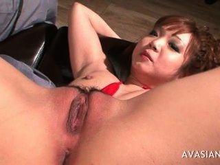 एशियाई फैल रहा उसके पैर खुली