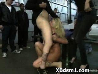 चरम बीडीएसएम और विकृति में उत्तेजित औरत