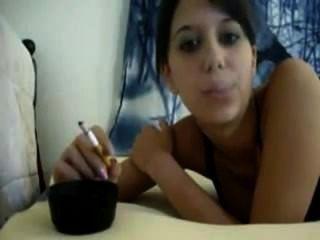 धूम्रपान जवान लड़की