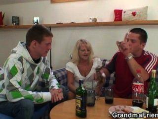 दोनों सिरों से जश्न मना लोग पाउंड दादी