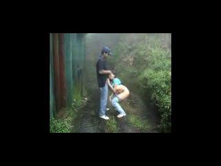 भारतीय प्रेमी बारिश आउटडोर में बना हुआ