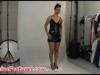 मंच के पीछे क्लिप में लेटेक्स पोशाक में सेक्सी लड़की
