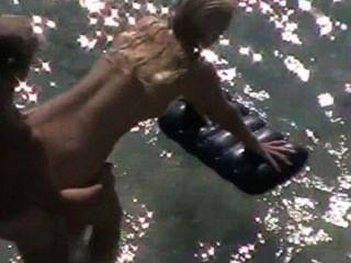 शौकिया युगल समुद्र तट पर यौन संबंध