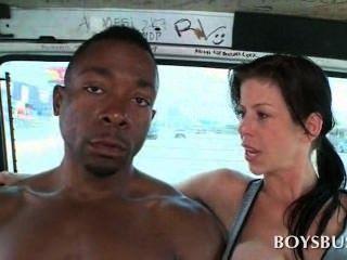 मिठाई अफ्रीकी बस में Busty आवारा द्वारा बहकाया लड़के