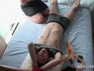 सेक्सी एशियाई किशोरों की एक बंधे दोस्त चिढ़ा