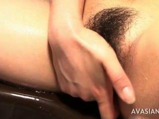 सींग का बना एशियाई कठिन बाथरूम में उसे फिसलन बिल्ली हस्तमैथुन