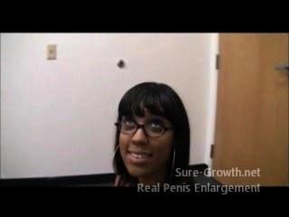 काली औरत उसकी नई नौकरी के लिए गड़बड़ हो जाता है