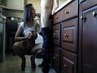बड़े स्तन रसोईघर सेक्स