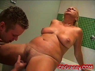 सेक्सी दादी के साथ गर्म स्नान के समय