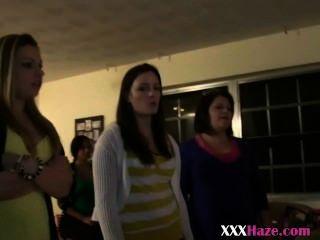 कॉलेज की लड़कियों से बाहर titties के साथ hazing पार्टी में लाइन में खड़ा