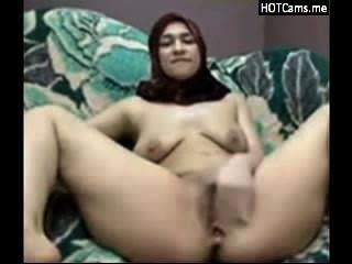 हिजाब उसके स्तन और Masturbates दूध देने के साथ अरब महिला