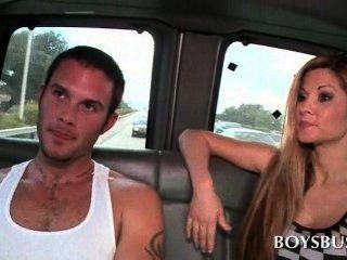 किशोर मुर्गा भूखे दोस्त बस में कट्टर सेक्स में बात की