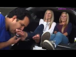 कार पर पूजा 2 जवान गोरे पैर