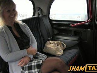 गोरा milf एक टैक्सी की सवारी के लिए चला जाता है, लेकिन वह उसके मुंह और बिल्ली के साथ भुगतान करता है!