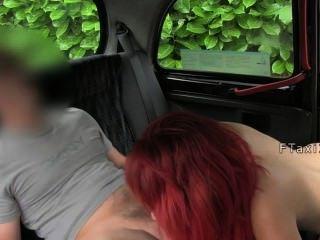संचिका लाल बालों वाली टैक्सी में fucks