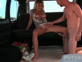 गोरा सेक्सी शौकिया लड़की सेक्स बस में विशाल लिंग की सवारी