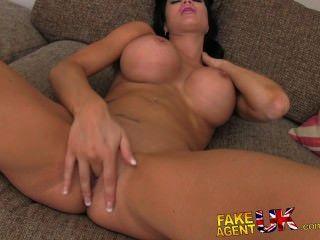 सुंदर स्तन के साथ FakeAgentUK tanned पुष्ट देवी creampied हो जाता है