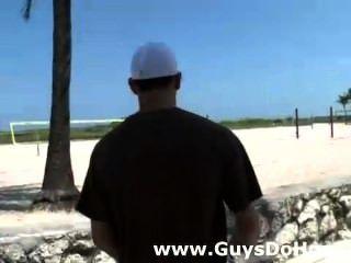 सफेद लोग मोटरसाइकिल पर गर्म काले ठग बाहर की जाँच