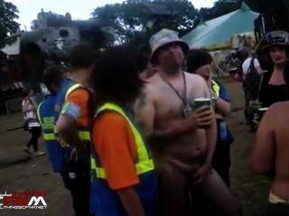 सार्वजनिक संगीत समारोह सीबीटी में नग्न